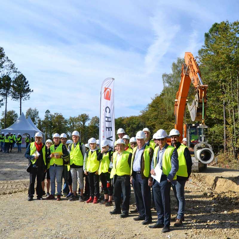 Photographie de groupe sur un chantier Cheval TP à l'occasion des coulisses du BTP