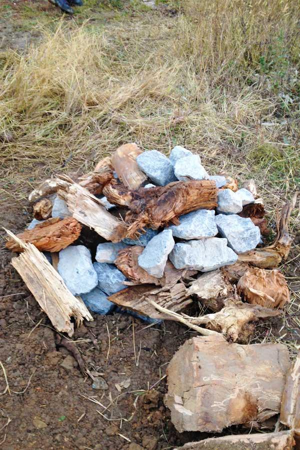 Hibernaculum pour la faune sauvage sur le site de Mondy réalisé par les élèves de la MFR