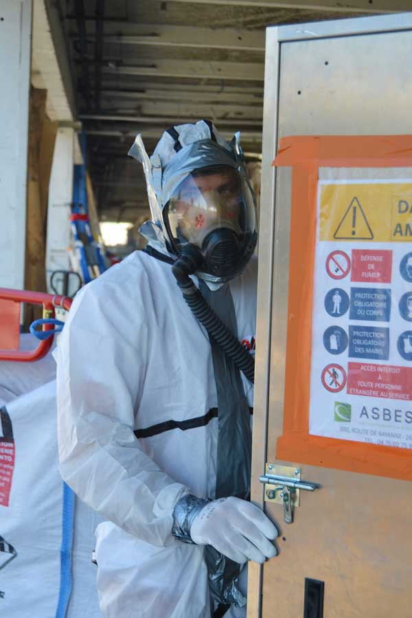 Collaborateur de l'entreprise Asbestos avant son intervention