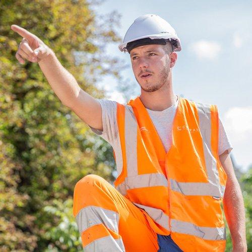 Chef de chantier donnant ses indications à son équipe