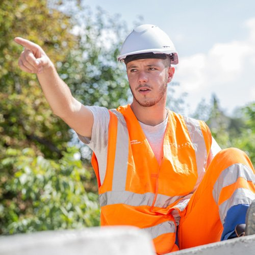 Chef d'équipe donnant ses directives sur un chantier