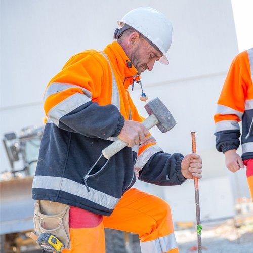 Géomètre du Groupe Cheval sur un chantier.